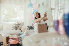 Femme enceinte avec le nouveau cadeau à la fête de naissance Photos libres de droits