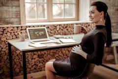 Femme enceinte avec plaisir pensant à son futur enfant photos libres de droits