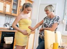 Femme enceinte avec sa soeur Photo stock