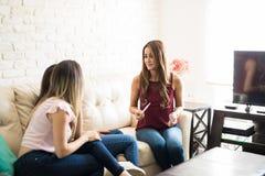 Femme enceinte avec ses amis Photo stock