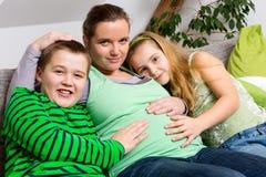 Femme enceinte avec ses enfants photos libres de droits