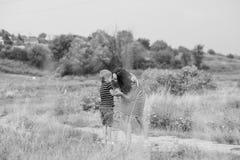 Femme enceinte avec son fils Images libres de droits