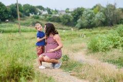 Femme enceinte avec son fils Image libre de droits