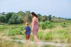 Femme enceinte avec son fils Images stock