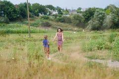 Femme enceinte avec son fils Photographie stock libre de droits