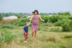 Femme enceinte avec son fils Photos stock