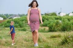 Femme enceinte avec son fils Photo stock
