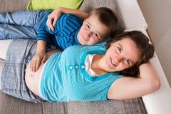 Femme enceinte avec son fils photo libre de droits