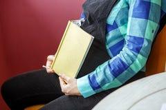 Femme enceinte avec un comprimé dans des ses mains Le concept de la vie s photos stock