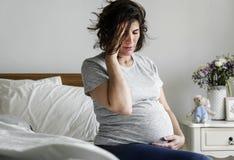femme enceinte avec un mal de tête photos stock