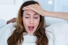 Femme enceinte ayant des douleurs de naissance photographie stock