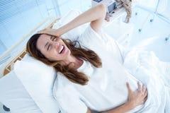 Femme enceinte ayant des douleurs de naissance photos stock