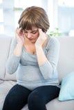 Femme enceinte ayant le mal de tête Photos libres de droits