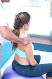 Femme enceinte ayant le massage de détente au gymnase Photos libres de droits