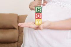 Femme enceinte ayant le mot Photographie stock