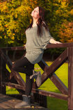 Femme enceinte calme décontractée en parc extérieur Image libre de droits