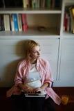 femme enceinte créative s'asseyant sur le plancher regardant paisiblement loin images libres de droits