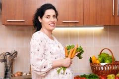 Femme enceinte dans l'intérieur de cuisine avec des fruits frais et des légumes, concept sain de nourriture Photos stock