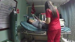 Femme enceinte dans la chambre de secours banque de vidéos