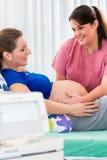 Femme enceinte dans la salle d'accouchement avec la surveillance de CTG images libres de droits
