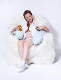 Femme enceinte dans le fauteuil Images stock