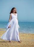 Femme enceinte de beauté sur la plage de mer Photos libres de droits