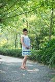 Femme enceinte de Chinois en stationnement image stock
