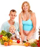 Femme enceinte de famille préparant la nourriture. Photo libre de droits