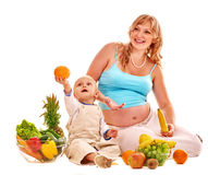 Femme enceinte de famille préparant la nourriture Image libre de droits