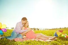 Femme enceinte de jeune beauté saine avec son mari et ballon Images libres de droits