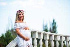 Femme enceinte de jeunes Image libre de droits