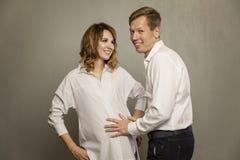 Femme enceinte de jeunes avec son mari image stock