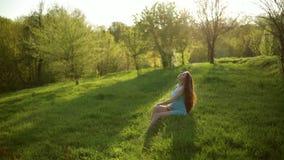 Femme enceinte de jeunes détendant et appréciant la vie clips vidéos