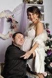 Femme enceinte de jeunes et père heureux décorant l'arbre de Noël Photos libres de droits