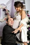 Femme enceinte de jeunes et père heureux décorant l'arbre de Noël Photographie stock libre de droits