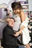 Femme enceinte de jeunes et père heureux décorant l'arbre de Noël Photos stock