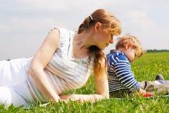 Femme enceinte de jeunes jouant avec son fils Photographie stock libre de droits