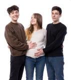 Femme enceinte de jeunes posant avec le jeune homme deux Photos libres de droits
