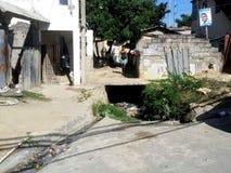 Femme enceinte de pauvres marchant sur une décharge Photo libre de droits
