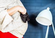 Femme enceinte de photo de mur de briques d'intérieur de marine Photographie stock libre de droits