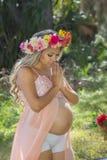 femme enceinte de prière photo stock