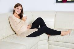 Femme enceinte de sourire avec le verre de lait images libres de droits