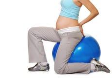 Femme enceinte effectuant l'exercice Photographie stock
