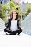 Femme enceinte en bonne santé dans la pose de Joga. Photographie stock libre de droits