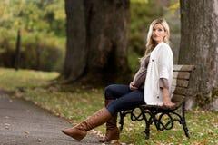 Femme enceinte en bonne santé en parc Image stock