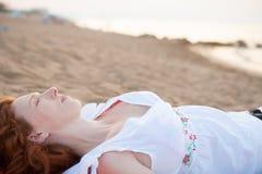 Femme enceinte en plage avec la lumière blanche dans méditerranéen Photographie stock libre de droits