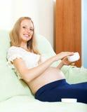 Femme enceinte entretenant la peau image stock