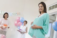 Femme enceinte et amis à une fête de naissance Images libres de droits