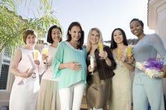 Femme enceinte et amis à une fête de naissance Photographie stock