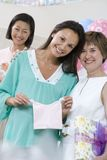 Femme enceinte et amis à une fête de naissance Photos libres de droits
